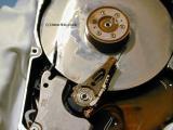 Хард диск со внатрешност оштетена од течност.