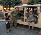 Средба на припаниците на Армијата на САД со децата од град Битола