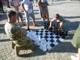 Партија шах на дете со припадник на воените сили на САД