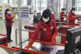 Дезинфекција на површините во супермаркет во Кина како дел од мерките за превенција