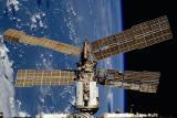 Оштетениот научeн модул Спектр фотографиран од спејс-шатлот Атлантис. (фото: НАСА)