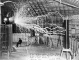 Демонстрација на високофреквентните струи со висок напон во лабораторијата во Колорадо Спрингс