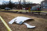 Делови од моторот кои паднале на земја во предградието.