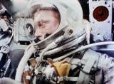 Слика 1б: Џон Глен во капсулата Меркјури MR-6