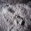 Слика 1: Отисок од чизмата на Едвин 'Баз' Олдрин врз месечевото тло.