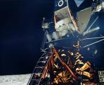 Слика 6: Олдрин се симнува од Месечевиот модул.