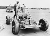 Астронаутите Џек Лузма и Џералд Кар го тестираат еден од раните прототипи на роверот