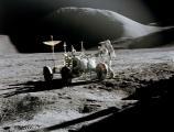 Џејмс Ирвин поставува опрема крај роверот при втората лунарна прошетка
