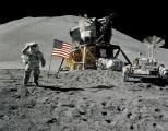 При крајот на првата прошетка поставено и американското знаме. Џејмс Ирвинг го поздравува знамето