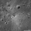 Фотографија од ЛРО на којашто лесно се забележуваат трагите од прошетката и артефактите оставени на површината, меѓу нив и лунарниот ровер